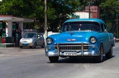 一辆蓝色经典汽车在街道上drived在哈瓦那市 免版税库存照片