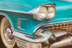一辆蓝色经典美国汽车的前面 图库摄影