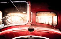 一辆被恢复的葡萄酒双层汽车的前面 免版税库存照片