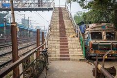 一辆被放弃的卡车在一手工overbridge旁边站立在一个火车站 库存图片