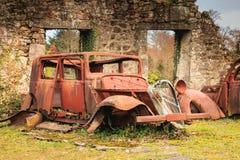 一辆被烧的汽车的遗骸在状态保持 库存图片