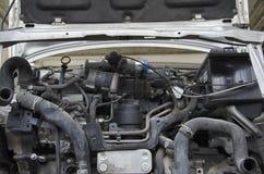 一辆被碰撞的汽车的引擎帽子 免版税库存图片