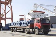 一辆被装载的卡车在港口 图库摄影