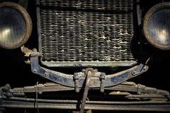 一辆被风化的和生锈的葡萄酒汽车的前面格栅和车灯 库存照片