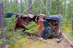 一辆被击毁的汽车在原野 库存照片