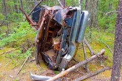 一辆被击毁的汽车在原野 库存图片