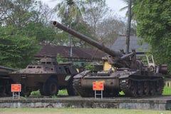 一辆装甲运兵车和175 mm自走火炮设施在颜色城市 越南 免版税图库摄影