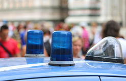 一辆警车的大光警报器在大城市 免版税库存图片