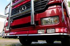 一辆调整的红色默西迪丝卡车的前面 库存照片