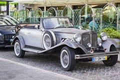 一辆豪华银灰色减速火箭的Beauford大型高级轿车停放了一家旅馆外在Albuferia在葡萄牙 免版税库存图片