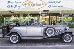 一辆豪华银灰色减速火箭的Beauford大型高级轿车停放了一家旅馆外在Albuferia在葡萄牙 库存图片