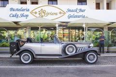 一辆豪华银灰色减速火箭的Beauford大型高级轿车停放了一家旅馆外在Albuferia在葡萄牙 免版税库存照片