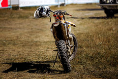 一辆赛跑的摩托车的背面图 图库摄影
