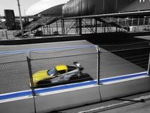 一辆赛车乘坐与速度在一条赛马跑道 库存图片