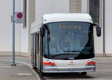 一辆赫斯公共汽车在Fluelen,瑞士 免版税图库摄影