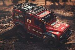 一辆越野汽车、战利品横渡路路情况的,爱好和休闲的无线电操纵的模型 库存图片
