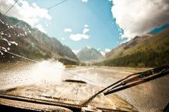 一辆越野汽车的湿挡风玻璃 库存照片