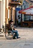 一辆轮椅的一个人在结构 免版税库存图片