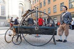 一辆非常老停放的高轮车自行车的特写镜头 图库摄影