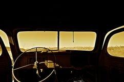 一辆非常老卡车的挡风玻璃和刮水器 免版税库存照片