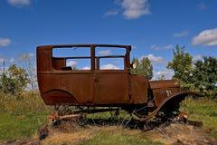 一辆非常老汽车的生锈的框架 图库摄影