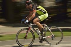 一辆骑自行车者骑马自行车的摇摄在一个晴天,争夺路格兰披治事件,在Ploiresti Ro的高速电路种族 免版税库存照片