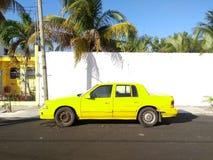 一辆黄色汽车 免版税库存图片