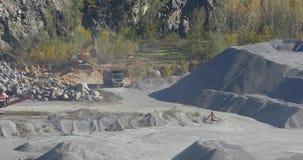 一辆黄色被装载的翻斗车在猎物,在猎物,一件石猎物,在a的一辆黄色翻斗车的一个运作的过程乘坐 股票视频