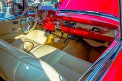 一辆经典汽车的司机的驾驶舱 免版税库存图片