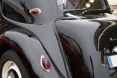 一辆经典汽车的后侧方 免版税库存图片