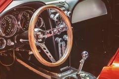 一辆经典汽车的控制板 图库摄影