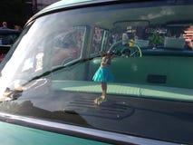 一辆经典汽车的草裙舞女舞伴,美国 库存图片