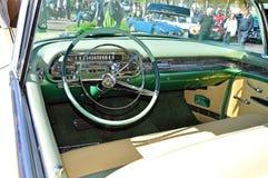 一辆经典美国汽车的仪表板 库存照片