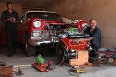 一辆经典老美国汽车的修理在车库的。 免版税库存图片