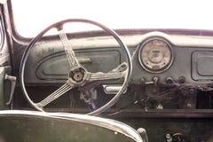 一辆经典葡萄酒老汽车的内部 免版税库存照片