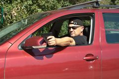 从一辆移动的汽车的刺客射击 免版税库存照片