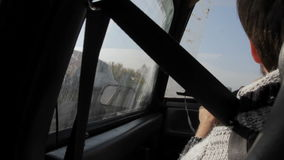 从一辆移动的汽车的看法在路 影视素材