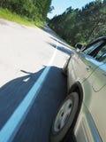 一辆移动的汽车的背面图 库存图片