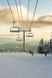 一辆滑雪胜地驾空滑车在冬天 免版税库存图片