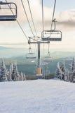 一辆滑雪胜地驾空滑车在冬天 免版税库存照片
