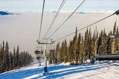 一辆滑雪胜地驾空滑车在冬天 库存照片