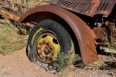 一辆junked卡车的腐烂的轮胎零件 免版税库存照片