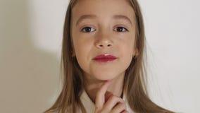 一迷人的女孩的面孔的特写镜头有大棕色眼睛的在演播室 股票录像