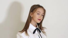一迷人的女孩的面孔的特写镜头有大棕色眼睛的在演播室 影视素材