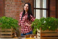 一迷人年轻女性从事园艺的画象 图库摄影