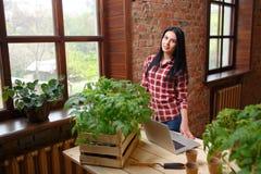 一迷人年轻女性从事园艺的画象 免版税图库摄影
