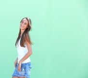 一逗人喜爱女孩微笑的侧视图画象 库存图片