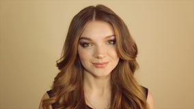 一逗人喜爱的女孩微笑的摆在照相机 股票视频