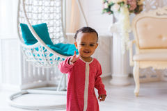 一逗人喜爱矮小非裔美国人男孩微笑的画象 图库摄影