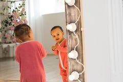 一逗人喜爱矮小非裔美国人男孩微笑的画象 免版税库存图片